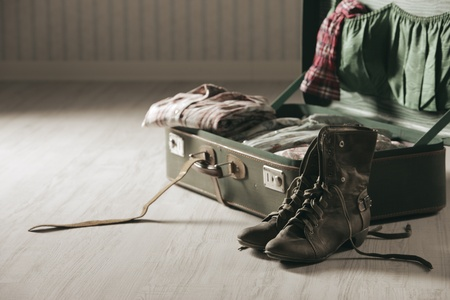 maleta: Vintage maleta abierta sobre un piso de madera, de cerca