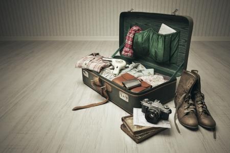 maleta: Vintage maleta abierta sobre un piso de madera en una habitaci�n vac�a