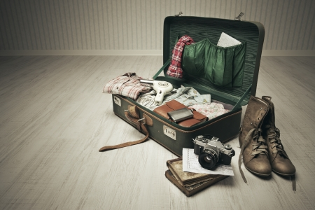 bagage: Vintage suitcase ouvrir sur un plancher de bois dans une pi�ce vide