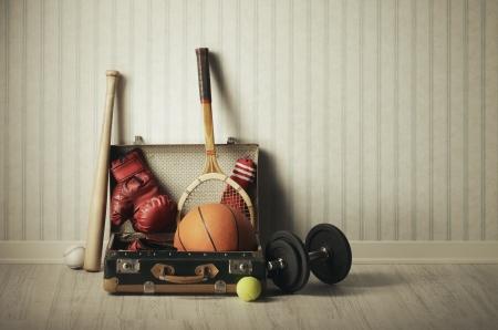 racket sport: Maleta vieja con los deportes de equipo
