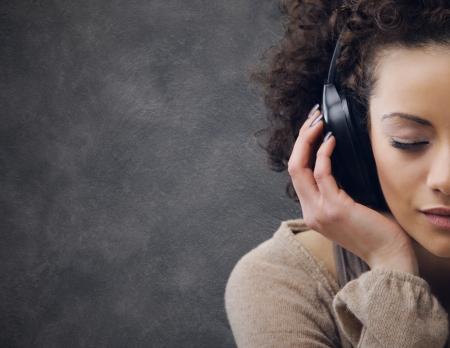 아름 다운 젊은 여자 음악을 즐기는