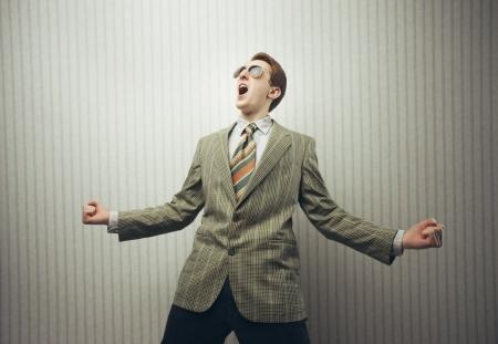 hombre caricatura: Hombre de negocios feliz celebrando el �xito con los brazos abiertos