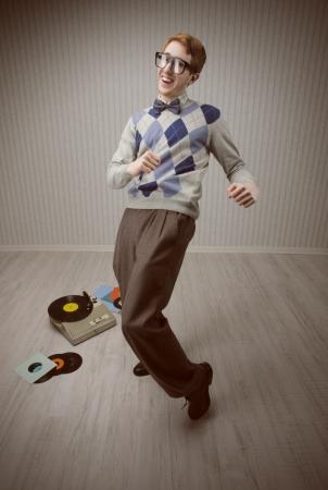 geek: Estudiante empollón disfruta bailando sola