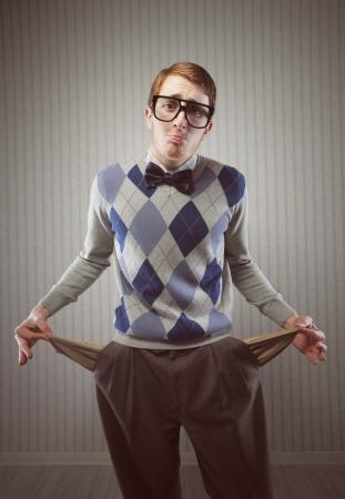 sueteres: Hombre Nerd destaca la celebraci�n de los bolsillos hacia fuera mostrando que no tiene dinero
