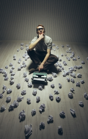 Jeune écrivain cherchant l'inspiration, avec une vieille machine à écrire.