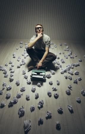 Junge Schriftsteller suchen Inspiration, mit einer alten Schreibmaschine.