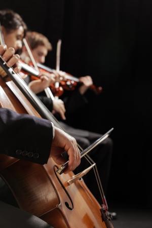 musica clasica: Concierto sinfónico, un hombre que toca el violonchelo, la mano de cerca