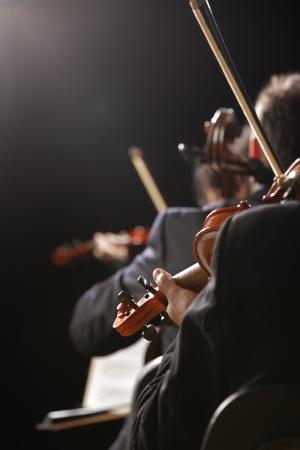 orquesta clasica: Sinf�nica de la m�sica, violinista en el concierto, la mano de cerca Foto de archivo
