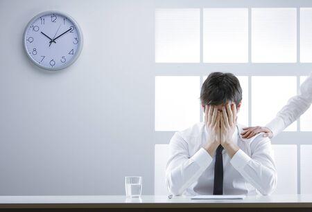 ashamed: Hombre de negocios frustrado y avergonzado con las manos en la cara