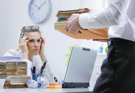 trabajando duro: Empresaria cansada con mucho papeleo y los documentos Foto de archivo