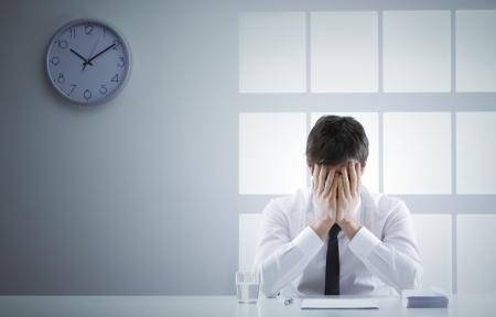 hombre preocupado: Hombre de negocios frustrado y avergonzado con las manos en la cara