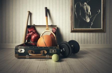 racket sport: Maleta vieja con el equipo de deportes y foto atleta