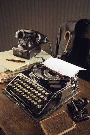 telefono antico: Vecchia macchina da scrivere su una scrivania di legno Archivio Fotografico