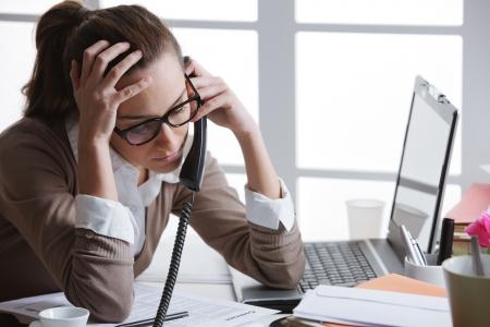obreros trabajando: mujer de trabajo duro con archivos de oficina