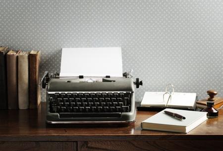 typewriter: Máquina de escribir vieja en un escritorio de madera