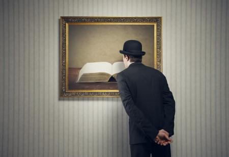mus�e: Homme �l�gant regardant un livre avec des pages blanches
