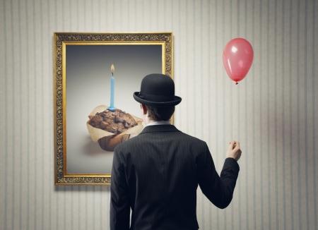 art gallery: L'uomo celebra il suo compleanno da sola, immagine concettuale Archivio Fotografico