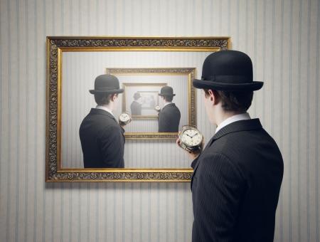 Ein Mann hält einen Wecker Standard-Bild - 19167074