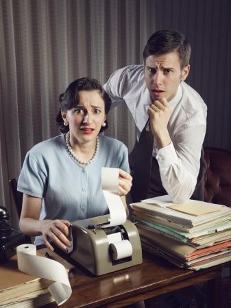 hombre asustado: Asustado el hombre y la mujer que miran sus cuentas en la sala de estar en casa