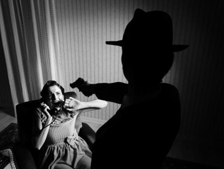 couple lit: Desconocido hombre apuntando la pistola a una mujer aterrorizada