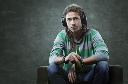 jeune mec: Jeune homme calme �couter de la musique avec des �couteurs