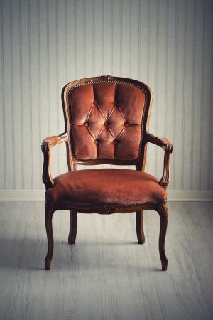 silla: Silla barroco en una habitaci�n vac�a Foto de archivo