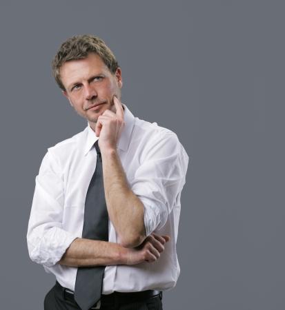 man thinking: Portrait d'un homme d'affaires d'�ge m�r beau penser