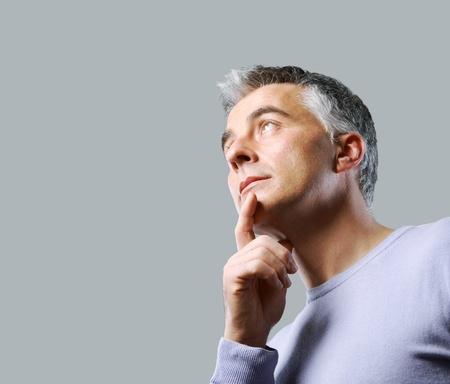 man thinking: Portrait d'un homme d�contract� penser et de regarder vers le haut Banque d'images
