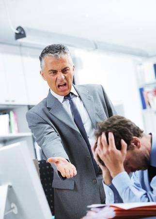 Gestionnaire mûr en criant à son employé de bureau