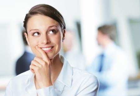 mujer reflexionando: Joven y bella empresaria pensando, mirando hacia arriba