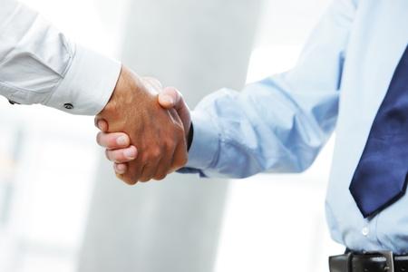 reuniones empresariales: Trato comercial. Primer plano de un apret�n de manos Foto de archivo