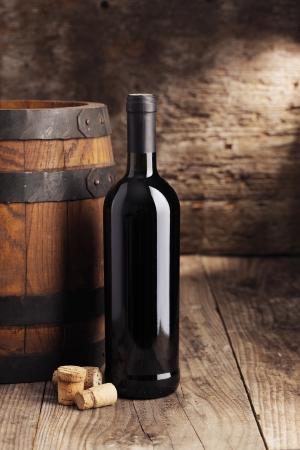 Bouteille de vin avec barillet et bouchons Banque d'images - 20009377