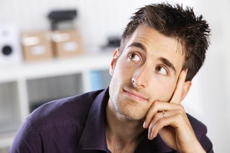 hombre pensando: Retrato de un hombre joven que piensa informal