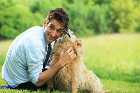 perros jugando: Joven jugando al aire libre con su perro mascota.