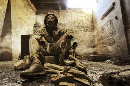 gasmasker: Bericht apocalyptische overlevende in gasmasker Stockfoto