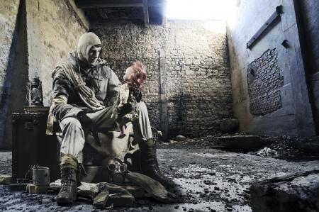 Soldat avec une vieille poupée à la main dans les ruines