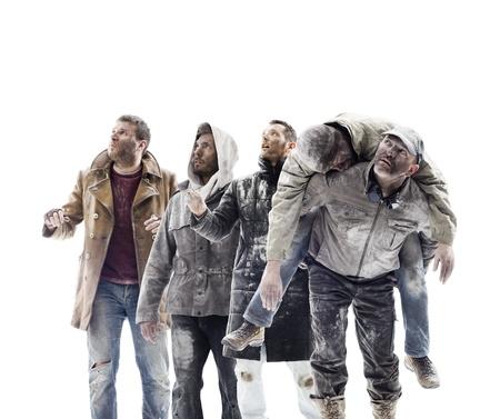 Un grupo de gente preocupada mirando al cielo. Fondo blanco