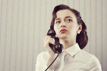 Portret van retro zakelijke vrouw praten over de telefoon