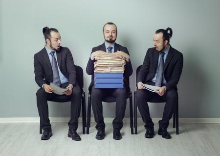 interview job: Hombre de negocios con un gran curr�culum de estar en consonancia con el resto de los candidatos a una entrevista de trabajo