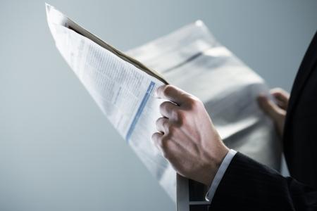 사업가 신문을 읽고, 손 가까이