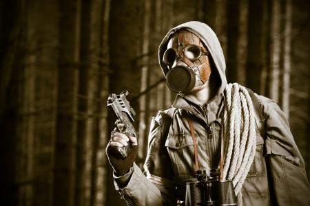 mascara de gas: Soldado con una máscara de gas está luchando en un bosque