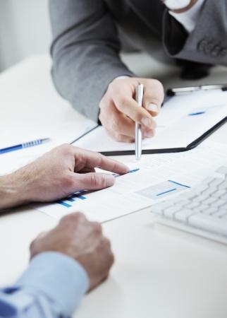 Bijgesneden opname van zakelijke collega's bespreken samen in een kantoor Stockfoto
