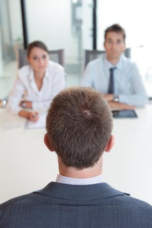 competencias laborales: Dos hombres de negocios que tiene la entrevista de trabajo con el hombre joven