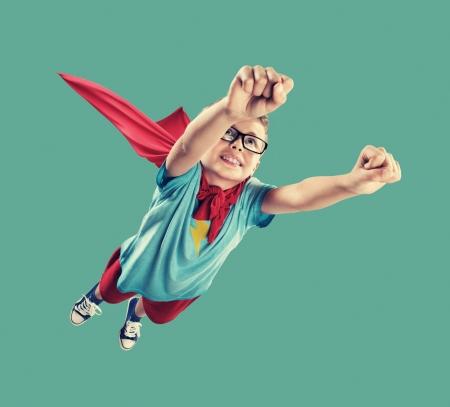 Eine kleine Superhelden bereit, die Welt zu retten