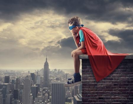 어린 소년은 슈퍼 히어로가되는 꿈. 스톡 콘텐츠