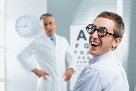 oculista: Examen oculista, paciente empollón joven que se divierte