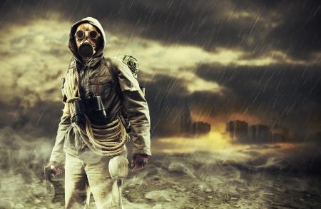 gasmasker: Een eenzame held die gasmasker draagt, stad verwoest op de achtergrond