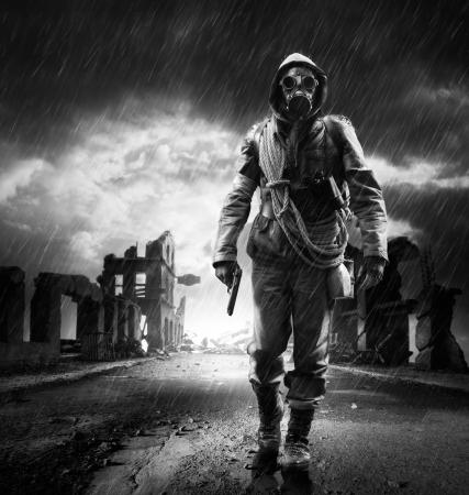 파괴 된 도시를 통해 가스 마스크 산책을 입고 외로운 영웅