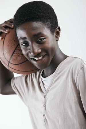 garcon africain: Portrait d'un jeune garçon africain avec de basket-ball sur fond blanc Banque d'images