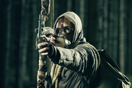cazador: Un cazador de arco llevaba m�scara de gas, se retira en su arco
